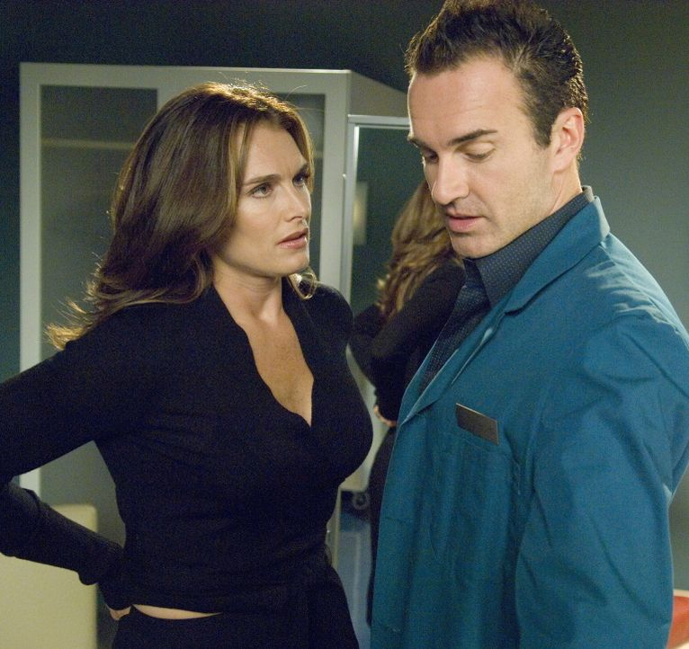 Christian (Julian McMahon, r.) trifft in seinem Büro auf seine Therapeutin (Brooke Shields, l.), die mit einer besonderen Bitte an ihn herantritt ... - Bildquelle: TM and   2004 Warner Bros. Entertainment Inc. All Rights Reserved.