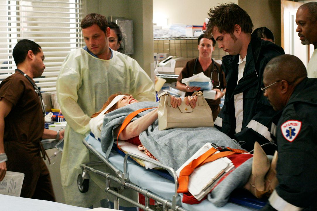 Nach einem schweren Autounfall wird Betty Johnson (Frances Fisher, liegend) ins Seattle Grace Hospital eingeliefert. Alex (Justin Chambers, 2.v.l.)... - Bildquelle: Touchstone Television