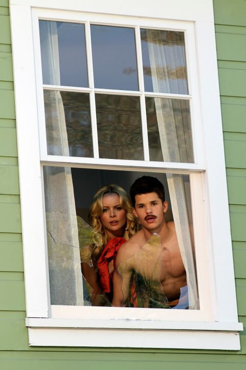 Durch ein Telefongespräch von Irina (Helena Mattsson, l.) aufgeschreckt, geht Lynette zur Einwanderungsbehörde, um ihre Vergangenheit überprüfen zu... - Bildquelle: ABC Studios