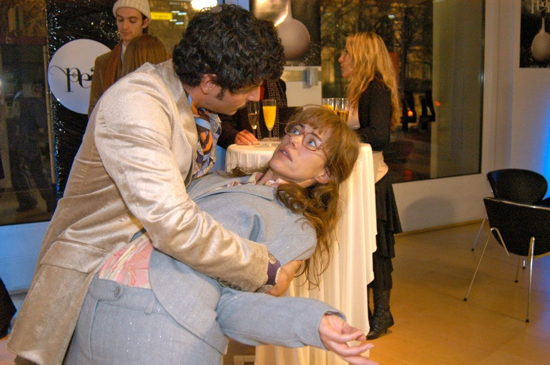 Als Lisa (Alexandra Neldel, r.) nicht aufhört über David zu reden, greift Rokko (Manuel Cortez, l.) zu ungewöhnlichen Mitteln, um ihr den Mund zu st... - Bildquelle: Monika Schürle SAT.1 / Monika Schürle