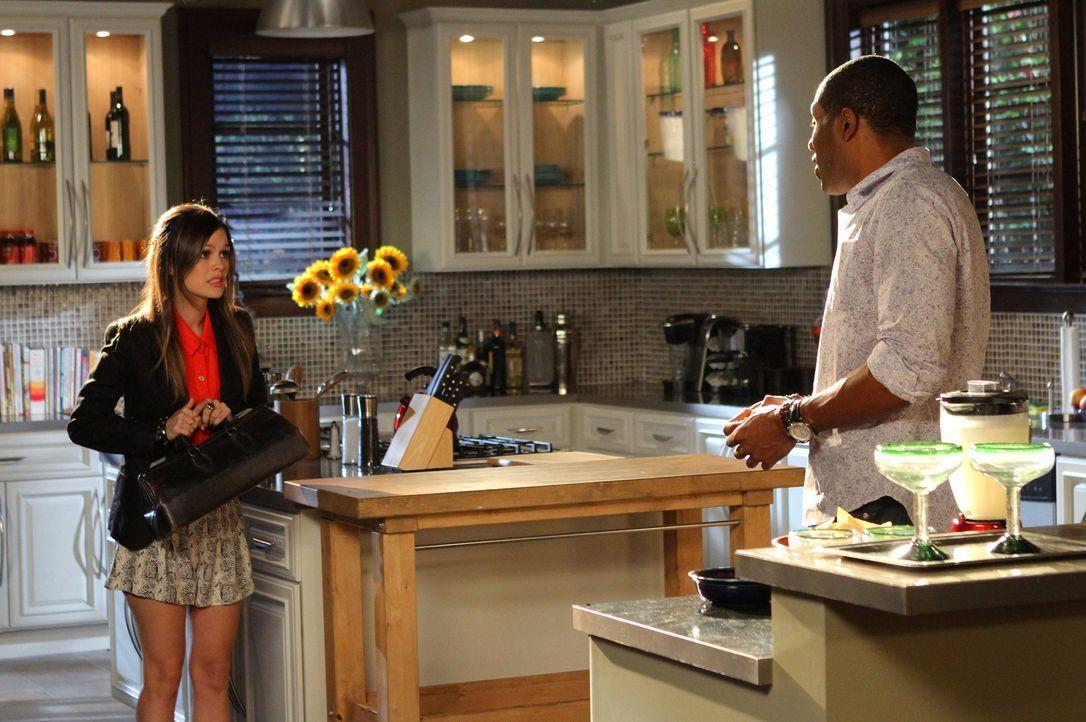 Zoe (Rachel Bilson, l.) gesteht Lavon (Cress Williams, r.), dass sie glaubt, mit seinem Auto einen Mann angefahren zu haben ... - Bildquelle: Warner Bros.
