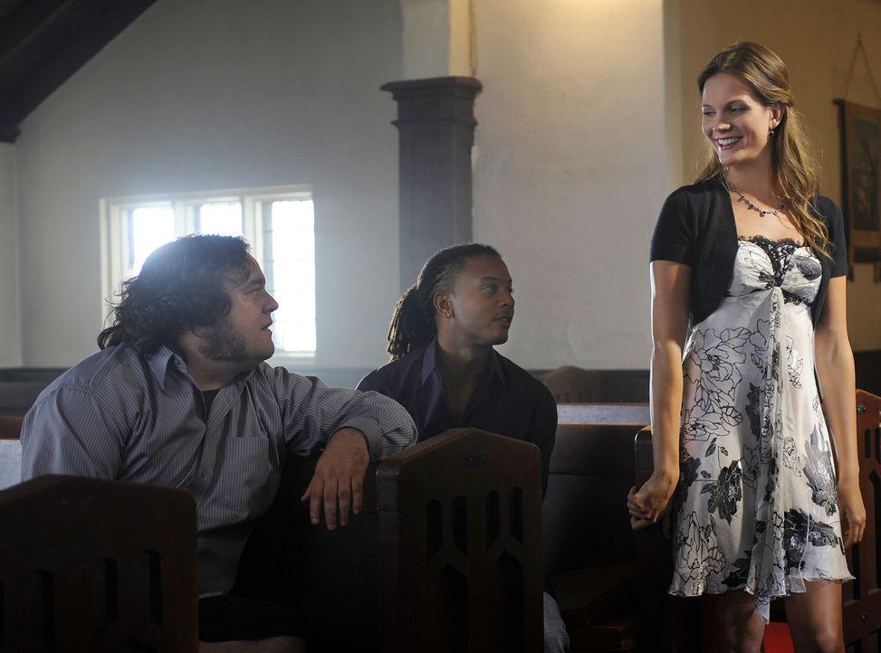 Die hübsche Amber (Amber Borycki, r.) ist als Single zur Hochzeit von Trish und Henry gekommen. Danny (Brandon Jay McLaren, M.) und Malcolm (Chris... - Bildquelle: 2009 CBS Studios Inc. All Rights Reserved.