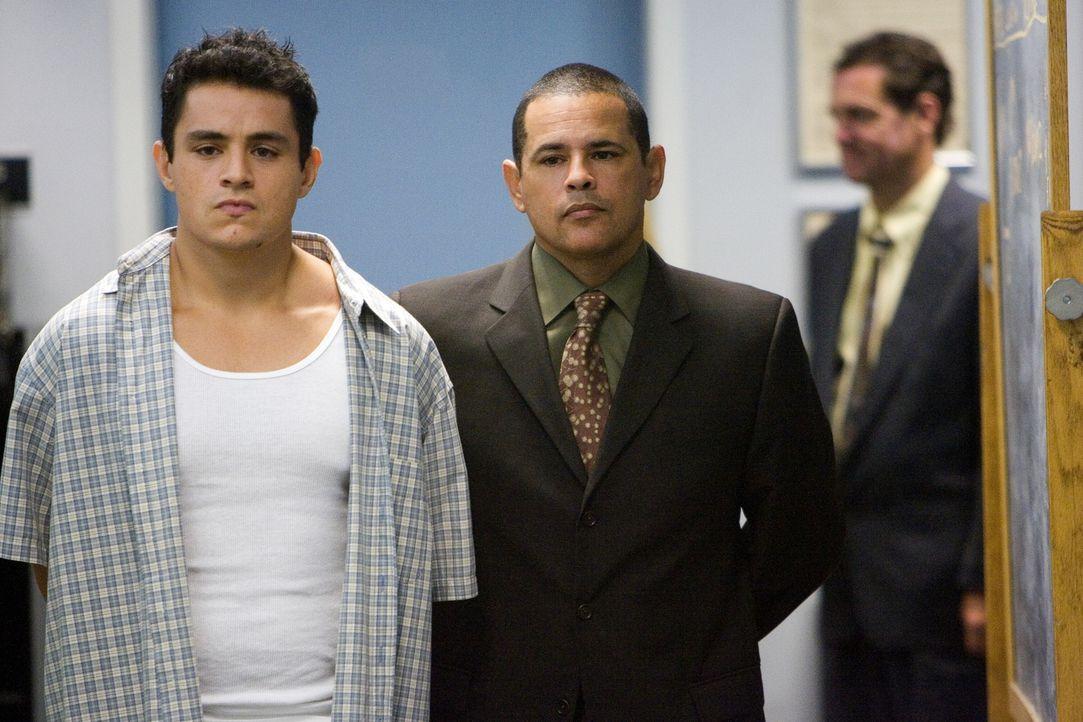 Bei ihren Ermittlungen kommen Detective Sanchez (Raymond Cruz, r.) und seine Kollegen darauf, dass der aktuelle Fall einen tiefgründigeren Hintergru... - Bildquelle: Warner Brothers