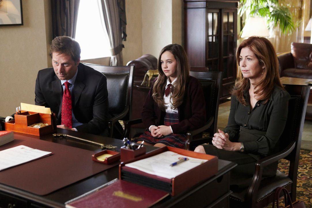 Da Lacey (Mary Mouser, M.) sich in der Schule Fotos der toten Nikki Parkson auf dem Handy angesehen hat, werden Megan (Dana Delany, r.) und Todd (Je... - Bildquelle: ABC Studios