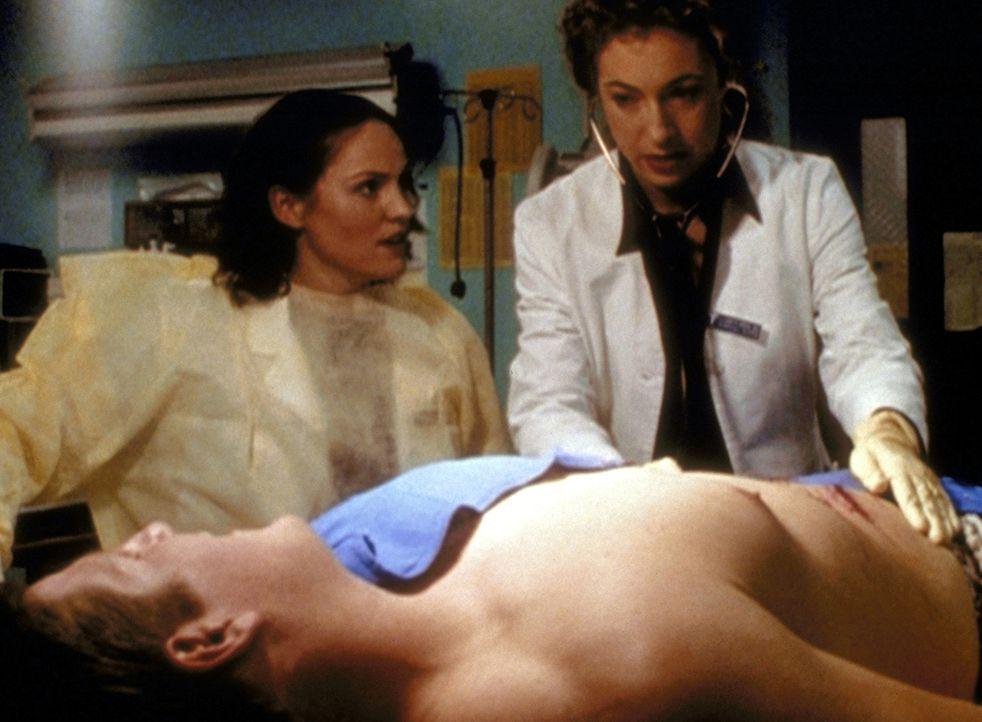 Maggie Doyle (Jorjan Fox, l.) erwartet von Dr. Corday (Alex Kingston, r.) etwas Unterstützung in ihrem Kampf gegen Dr. Romanos Belästigungen. - Bildquelle: TM+  2000 WARNER BROS.