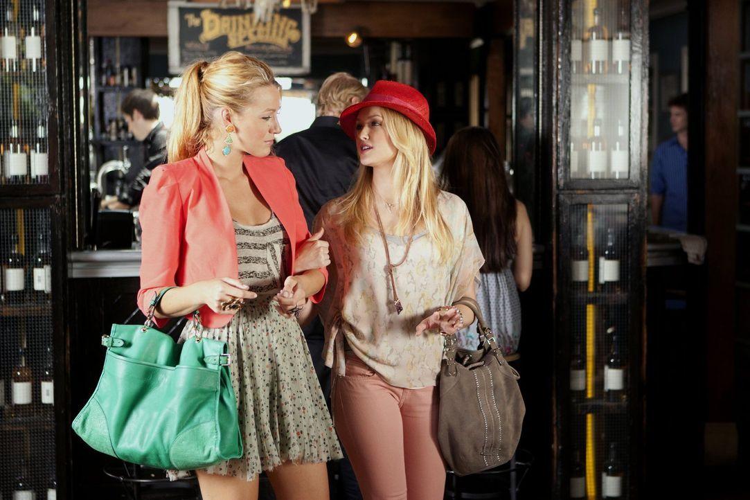 Noch genießen Charlie (Kaylee DeFer, r.) und Serena (Blake Lively, l.) ihr Zusammentreffen ... - Bildquelle: Warner Bros. Television