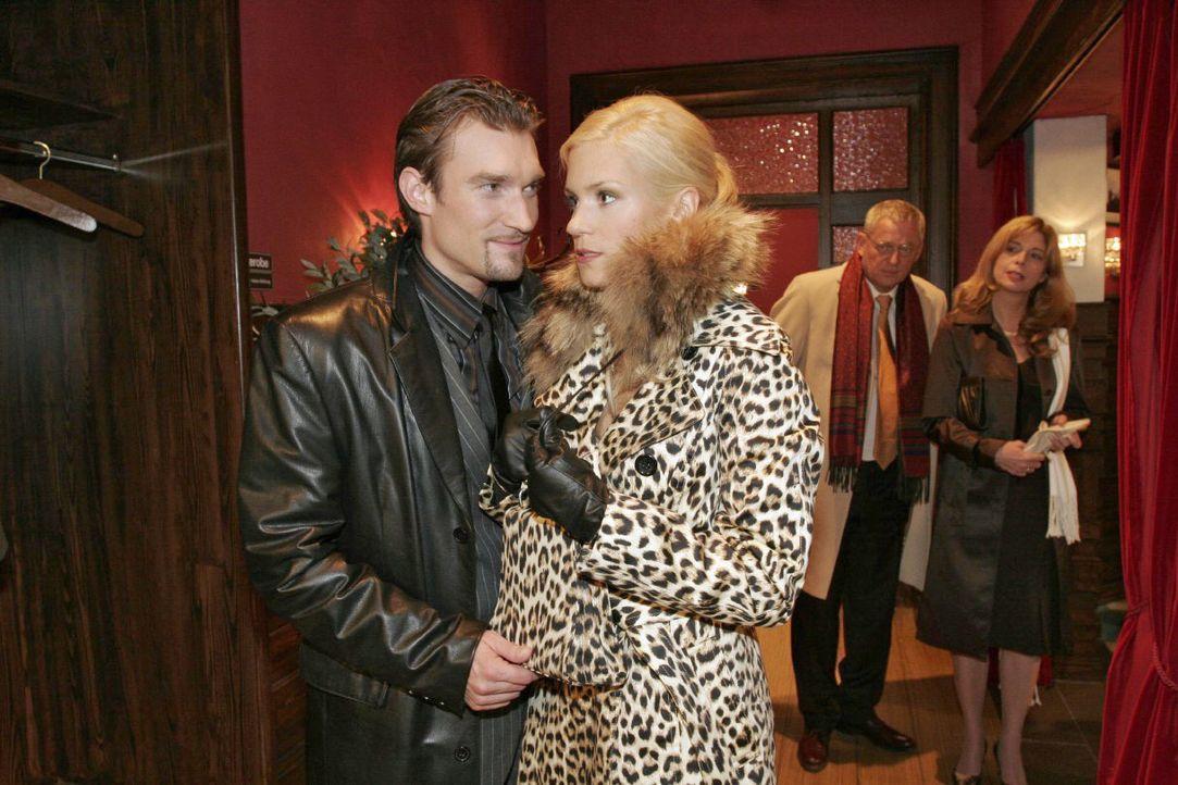 Richard (Karim Köster, l.) verlangt von Sabrina (Nina-Friederike Gnädig, M.), die vorgibt schwanger zu sein, dass sie sich von Friedrich (Wilhelm Ma... - Bildquelle: Noreen Flynn SAT.1 / Noreen Flynn