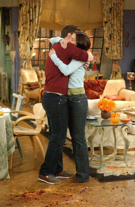 Der Anruf der Adoptionsagentur macht Chandler (Matthew Perry, l.) und Monica (Courteney Cox, r.) überglücklich ... - Bildquelle: 2003 Warner Brothers International Television