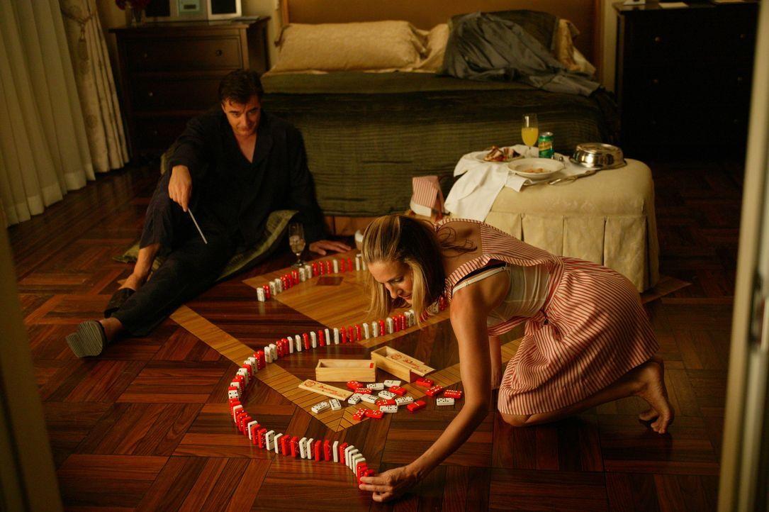 """Da es Mr. Big (Chris Noth, l.) im Krankenhaus nicht aushält, bezieht er eine Suite im """"Four Seasons"""". Um ihn aufzuheitern, besucht Carrie (Sarah Je... - Bildquelle: Paramount Pictures"""