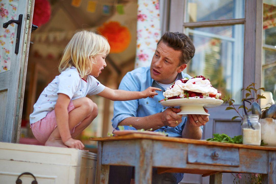 Buddy (l.) weiß was gut ist und die Baiser -Torte mit Marshmallow-Füllung und Beerentopping von seinem Vater Jamie Oliver (r.) sieht einfach köstlic... - Bildquelle: FRESH ONE PRODUCTIONS MMXIV