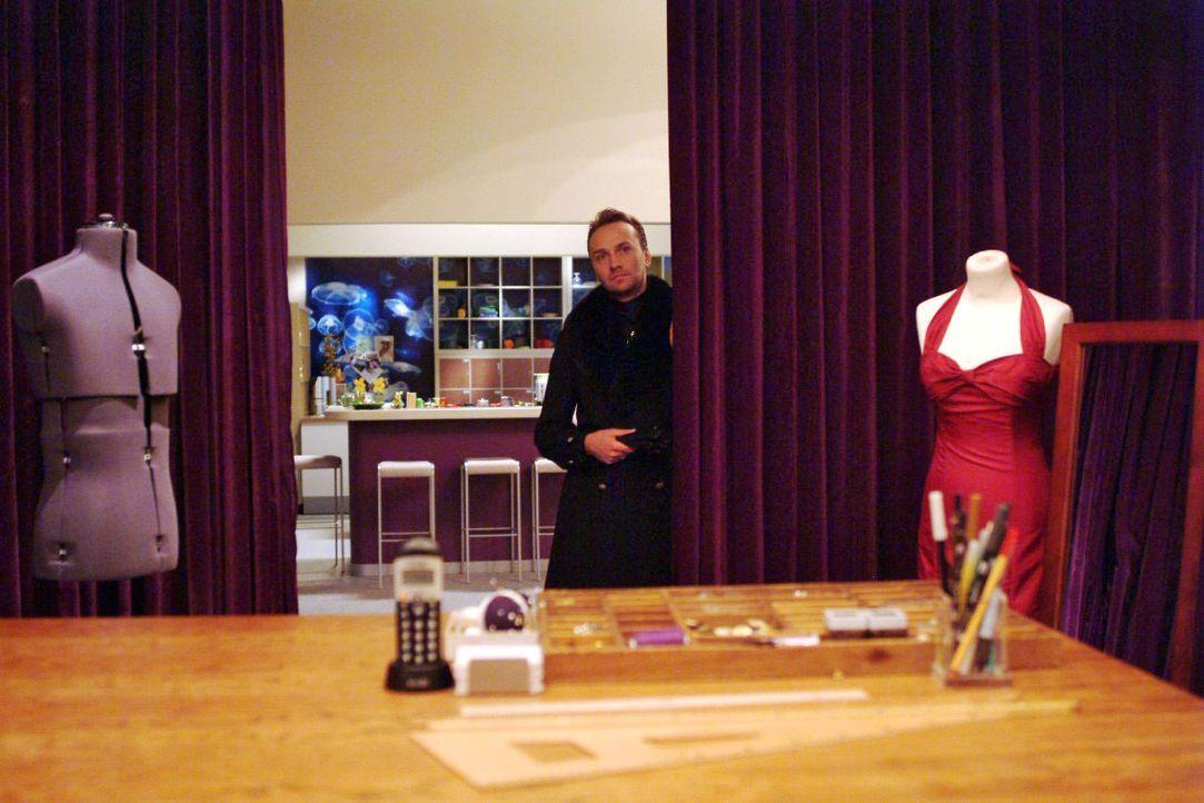 Vorsichtig tastet sich Hugo (Hubertus Regout) wieder an den Arbeitsalltag bei Kerima Moda heran. - Bildquelle: Monika Schürle SAT.1 / Monika Schürle