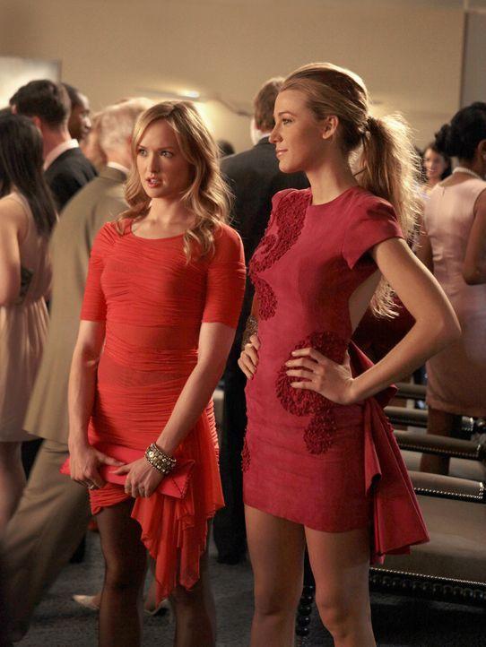 Serena (Blake Lively, r.) benutzt ihre Cousine Charlie (Kaylee DeFer, l.), um herauszufinden, warum Blair und Dan soviel Zeit miteinander verbringen... - Bildquelle: Warner Bros. Television