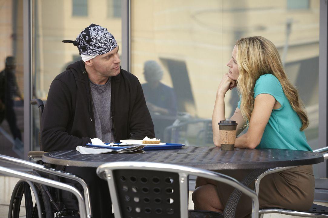 Dr. Charlie Harris (Michael Shanks, l.) erzählt seiner Ex-Freundin Dr. Dawn Bell (Michelle Nolden, r.), dass er alles mitbekommen hat, während er im... - Bildquelle: 2013 NBC Studios, LLC