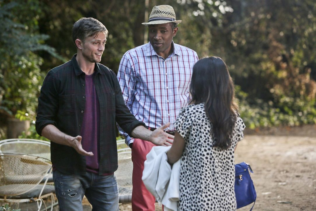 Levon (Cress Williams, M.) versucht, zwischen Wade (Wilson Bethel, l.) und Zoe (Rachel Bilson, r.) zu vermitteln. Mit Erfolg? - Bildquelle: 2014 Warner Brothers
