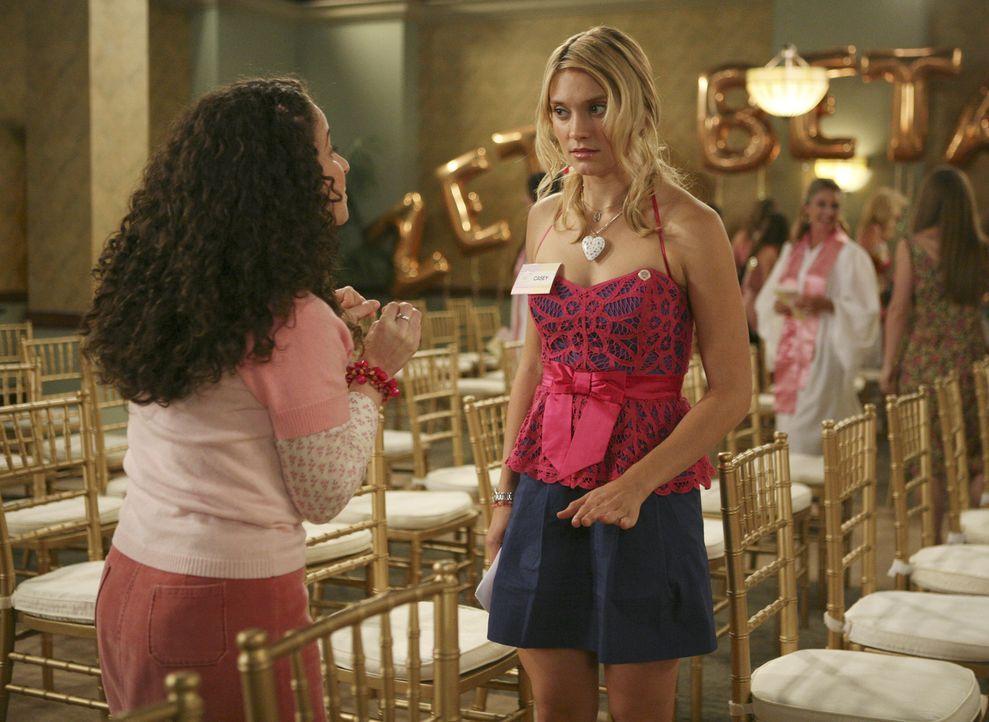 Bei der nationalen ZBZ-Veranstaltung trifft Casey (Spencer Grammer, r.) auf Lizzi (Senta Moses, l.), eine alte Bekannte, wieder ... - Bildquelle: 2008 ABC Family