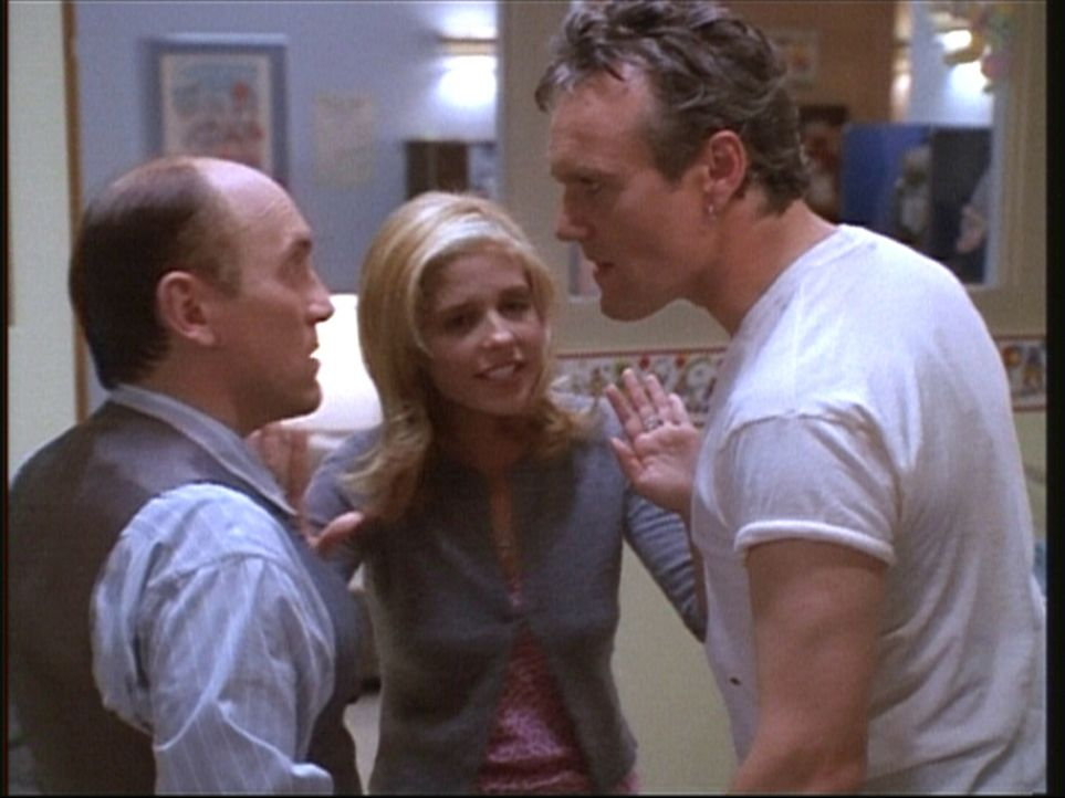 Giles (Anthony Stewart Head, r.) und Direktor Snyder (Armin Shimerman) gehen unter Drogeneinfluss aufeinander los. Buffy (Sarah Michelle Gellar, M.)... - Bildquelle: TM +   2000 Twentieth Century Fox Film Corporation. All Rights Reserved.