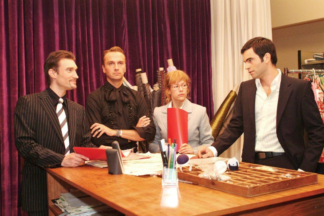 Lisa (Alexandra Neldel, 2.v.r.) versucht Richard (Karim Köster, l.) und David (Mathis Künzler, r.) - auch im Sinne von Hugo (Hubertus Regout, 2.v.l.... - Bildquelle: Monika Schürle SAT.1 / Monika Schürle