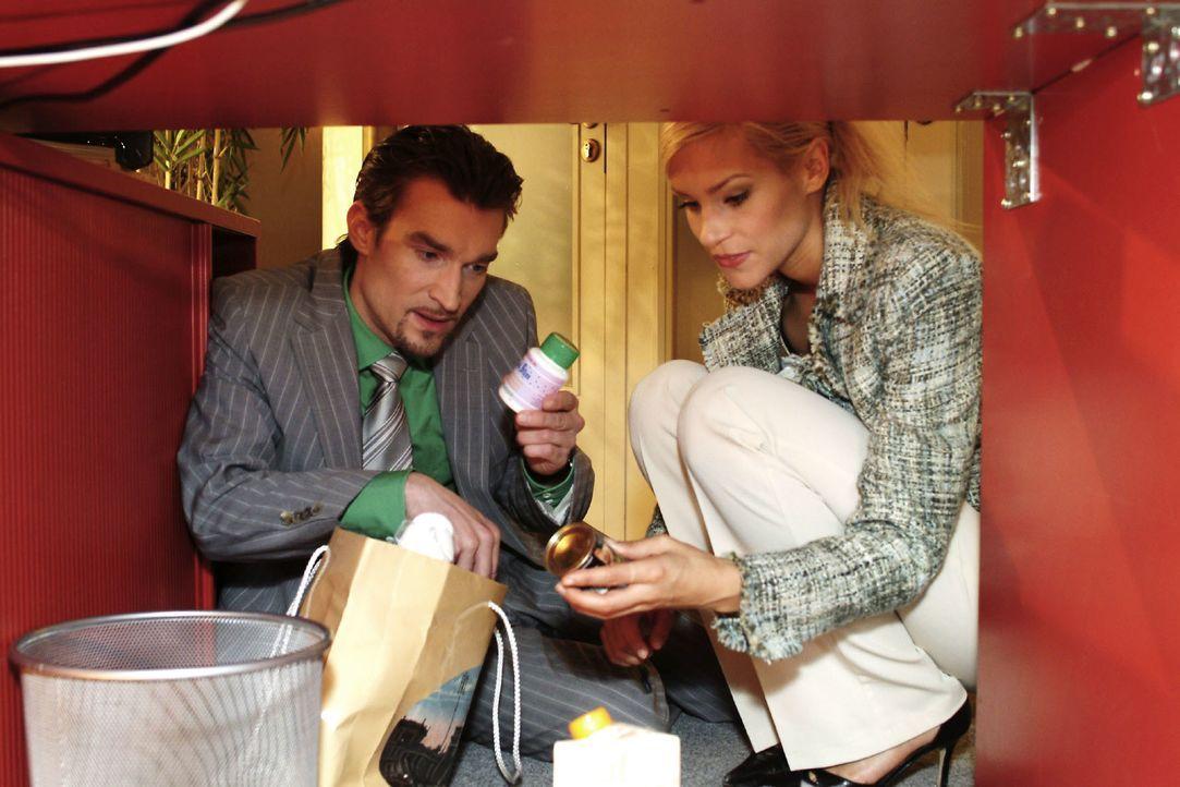 """Sabrina (Nina-Friederike Gnädig, r.) hilft Richard (Karim Köster, l.) dabei, die """"Quick-Slim""""-Dose von Lisa auszutauschen, damit kein Verdacht entst... - Bildquelle: Noreen Flynn SAT.1 / Noreen Flynn"""