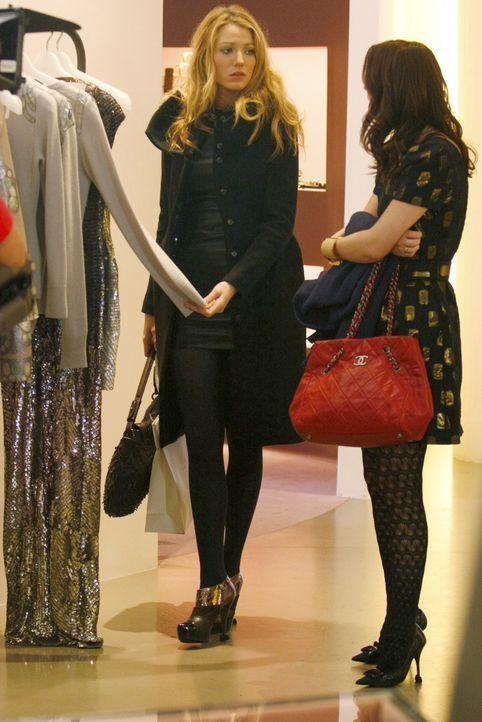 Bei einer kurzen Shopping-Tour tauschen sich die Freundinnen (v.l.: Blake Lively, Leighton Meester) über ihre Freunde aus. - Bildquelle: Warner Brothers