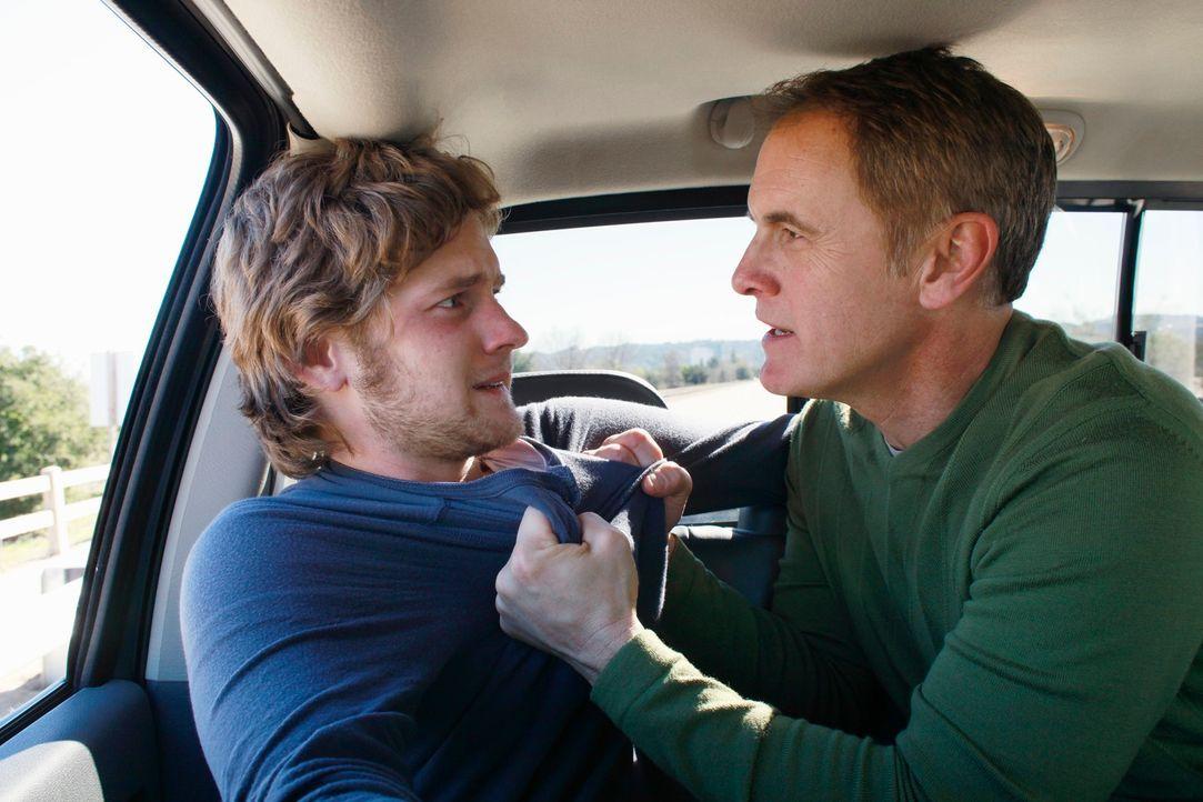 Paul (Mark Moses, r.) und Mike wollen Zack (Cody Kasch, l.) in eine Rehabilitationsklinik fahren, doch Zack weigert sich mit Händen und Füßen und gi... - Bildquelle: ABC Studios