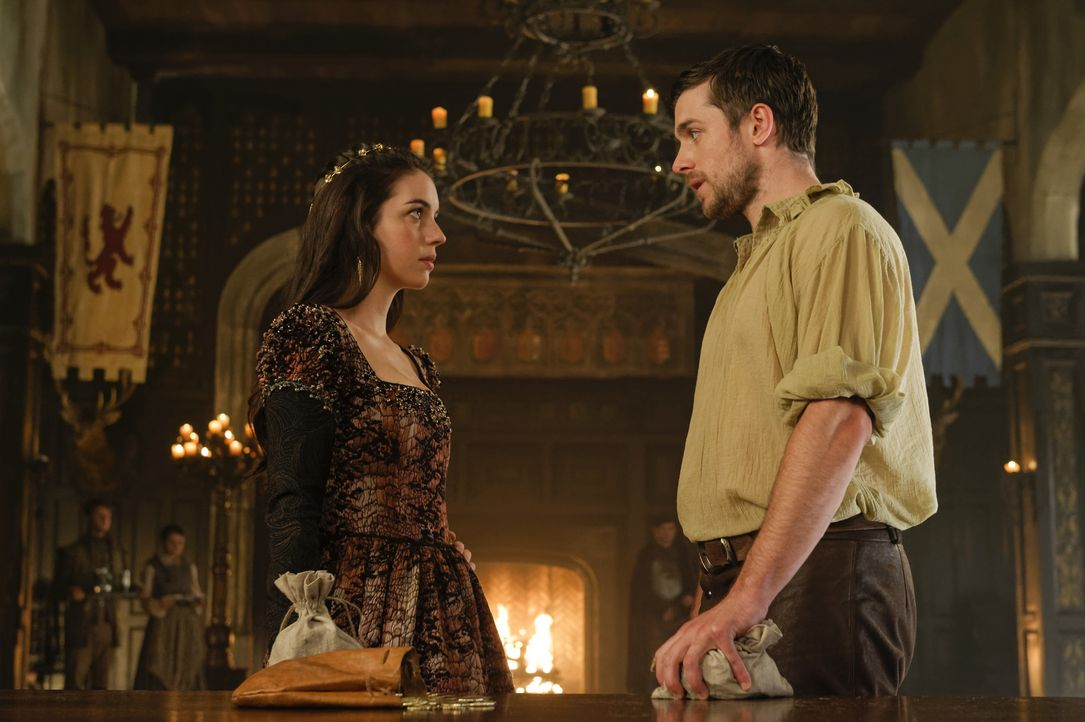 James (Dan Jeannotte, r.) berichtet seiner Schwester Mary (Adelaide Kane, l.) von seinen Zweifeln an ihrer Verlobung mit Lord Darnley. Wird Mary auf... - Bildquelle: Ben Mark Holzberg Ben Mark Holzberg/The CW -   2017 The CW Network, LLC. All Rights Reserved.