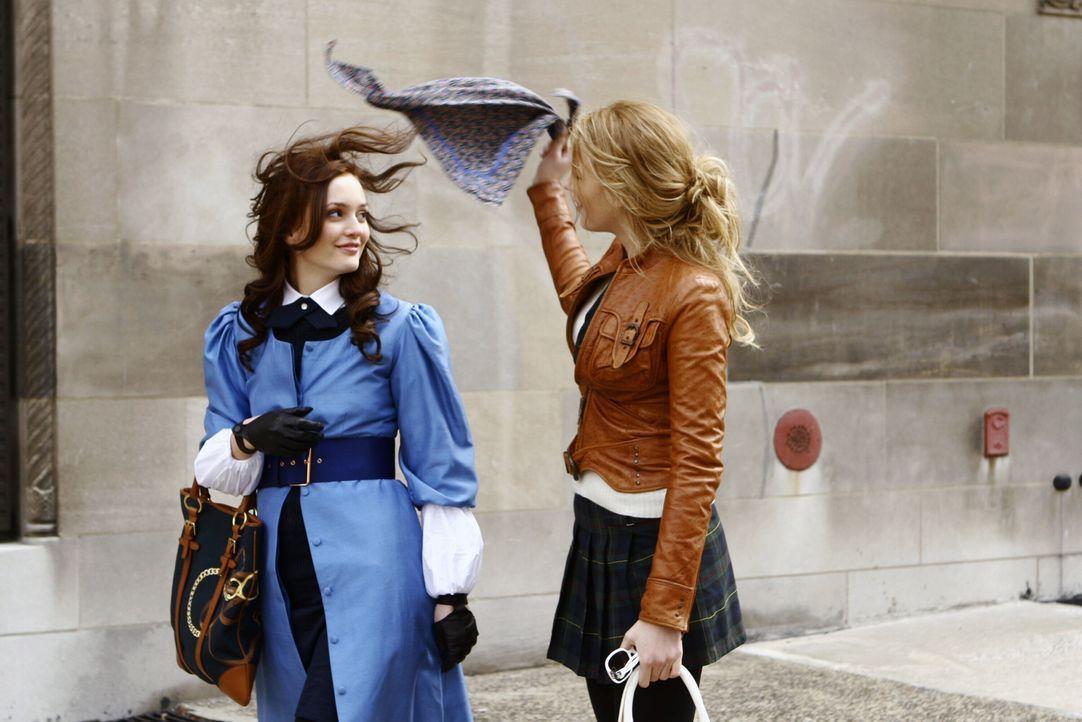 Blair (Leighton Meester, l.) hat beschlossen nicht nach Frankreich zu gehen. Aus Scham vor Sticheleien am ersten Schultag verhüllt sie sich, doch S... - Bildquelle: Warner Bros. Television