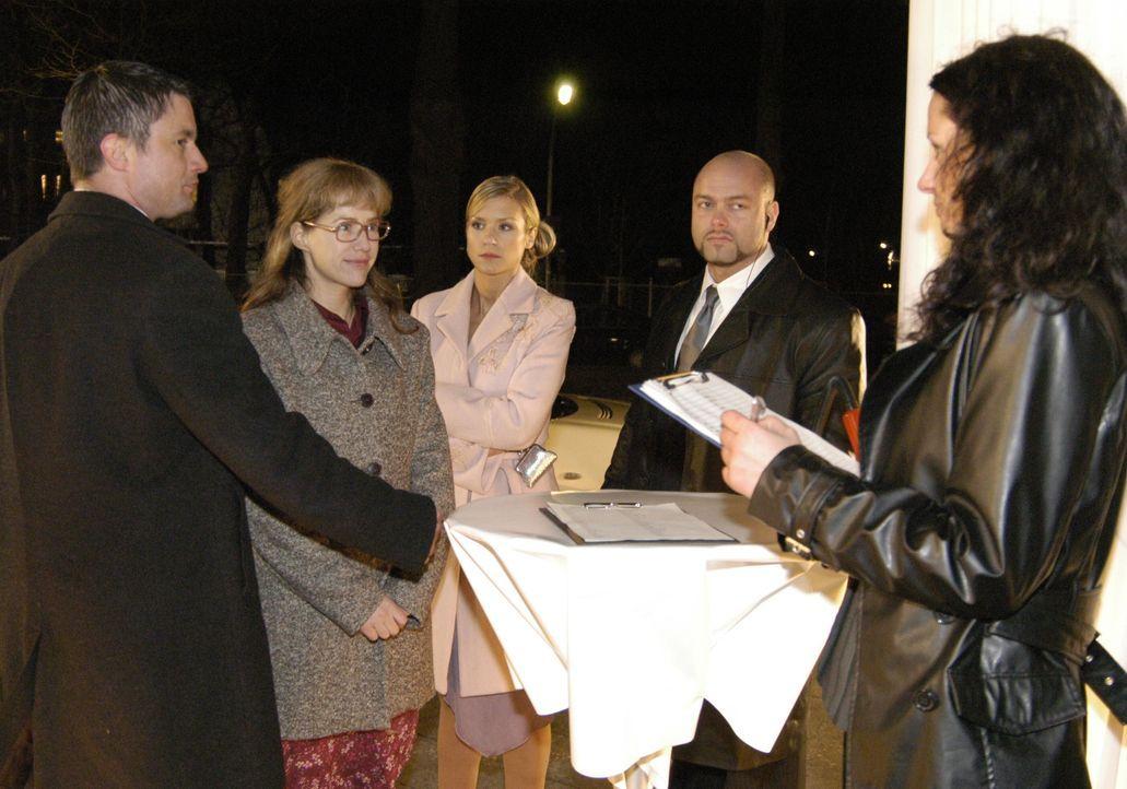 Sabrina (Nina-Friederike Gnädig, M.) ist überrascht, als Lisa (Alexandra Neldel, 2.v.l.) plötzlich auf der Abschiedsparty von Davids Vater Friedrich... - Bildquelle: Noreen Flynn SAT.1 / Noreen Flynn