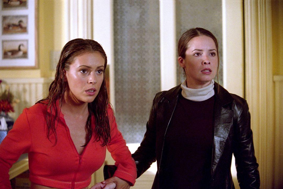 Ein Schockdämon hat es auf Piper (Holly Marie Combs, r.) und Phoebe (Alyssa Milano, l.) abgesehen. Er benutzt die Elektrizität, um sie zu quälen ...... - Bildquelle: Paramount Pictures