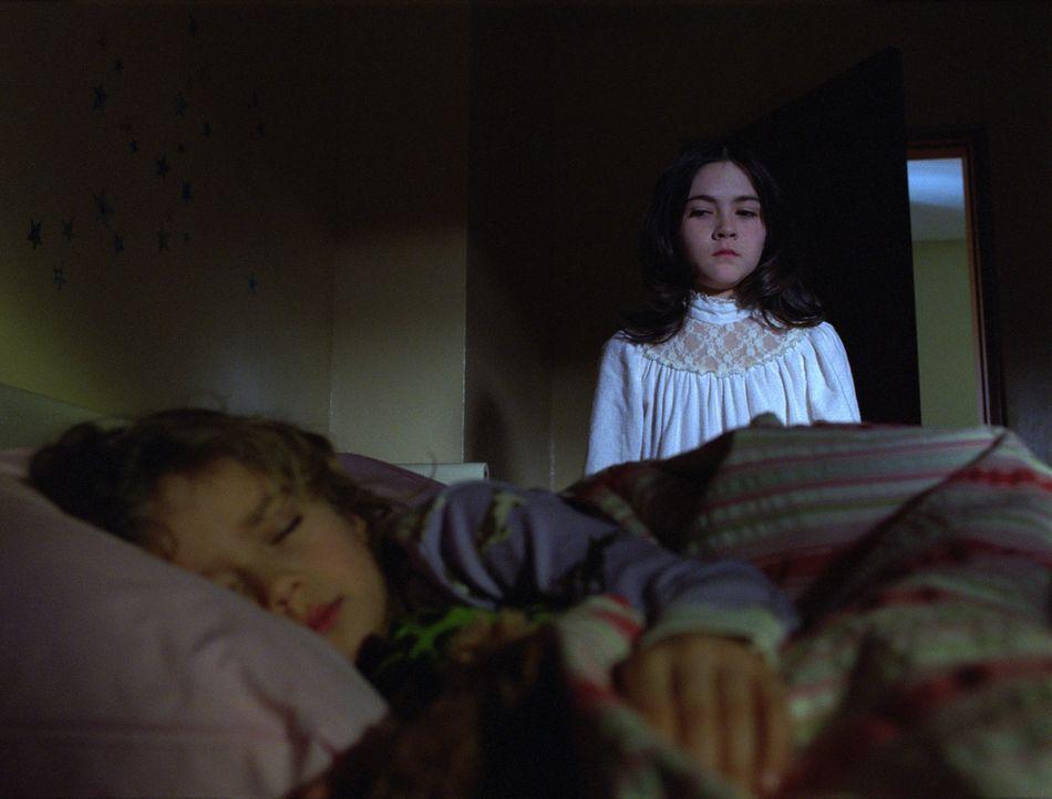 Adoptivkind Esther (Isabelle Fuhrman, r.) ist ein Miststück erster Güte. Als zunächst unschuldiges Mädchen getarnt, gelingt es ihr, ihre Adoptivelte... - Bildquelle: Kinowelt