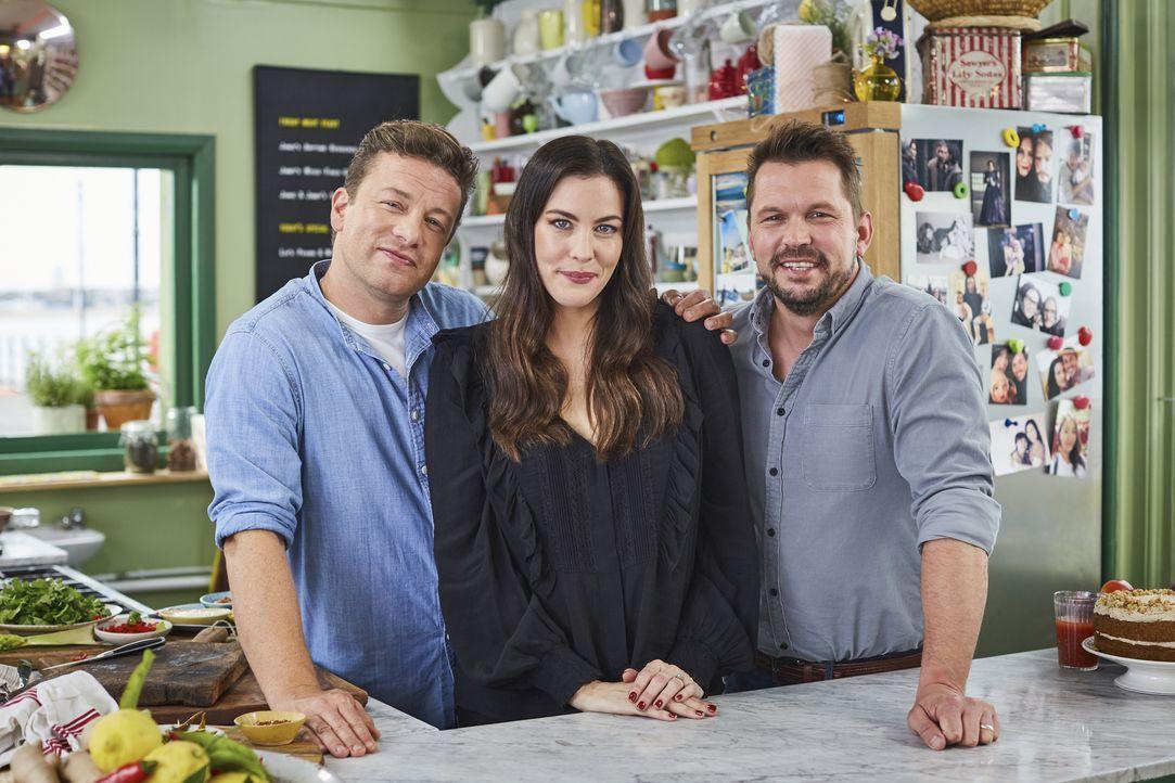 (v.l.n.r.) Jamie Oliver; Liv Tyler; Jimmy Doherty - Bildquelle: David Loftus