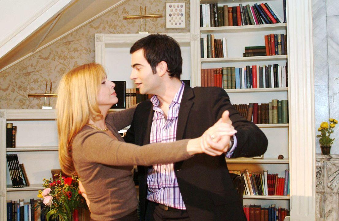 David (Mathis Künzler, r.) weiß nicht, wohin mit seinem Glück  - und schnappt sich in seiner Euphorie Laura (Olivia Pascal, l.) für einen Tanz. - Bildquelle: Monika Schürle SAT.1 / Monika Schürle