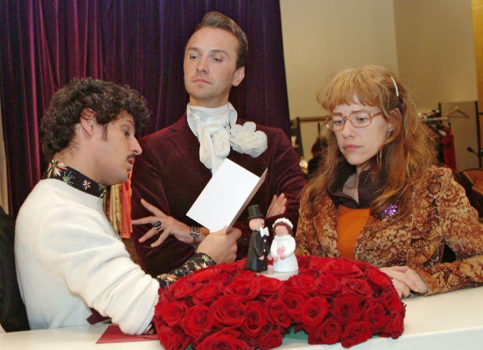 Durch ein Versehen ist eine Hochzeitstorte für David und Mariella in die Firma geschickt worden. Während Hugo (Hubertus Regout, M.) und Rokko (Manue... - Bildquelle: Monika Schürle SAT.1 / Monika Schürle