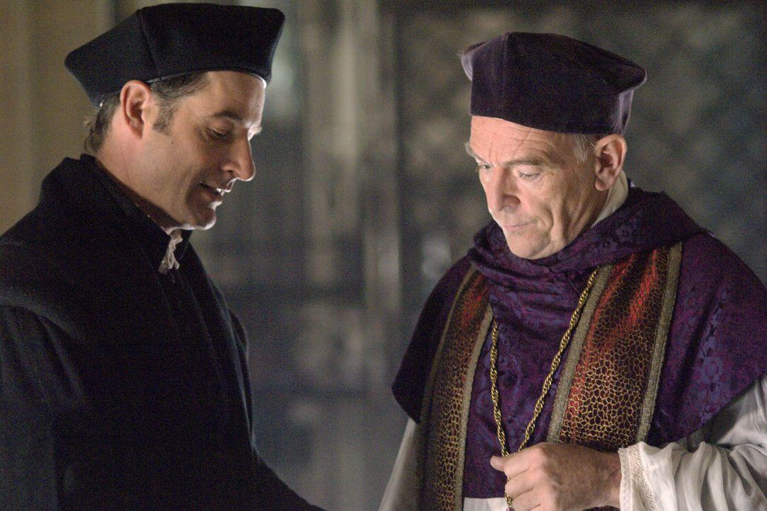 Können nicht glauben, dass König Henry VIII. und Anne Boleyn heimlich geheiratet haben: Sir Thomas More (Jeremy Northam, l.)  und Cardinal Campeggio... - Bildquelle: 2008 TM Productions Limited and PA Tudors II Inc. All Rights Reserved.