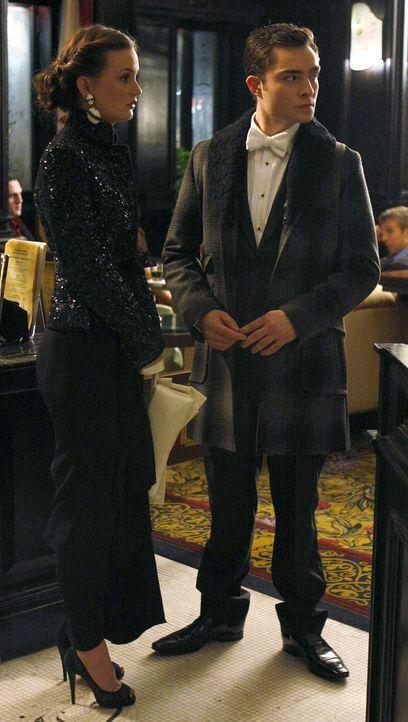 Blair (Leighton Meester , l.) spricht Chuck (Ed Westwick, r.) auf den Detektiv an, doch dieser will mit ihr nicht darüber sprechen. - Bildquelle: Warner Brothers