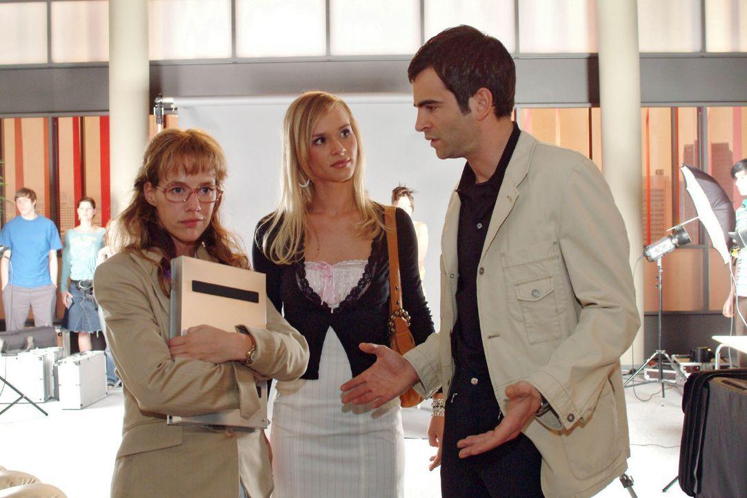 David (Mathis Künzler, r.) ist sichtlich genervt, als Lisa (Alexandra Neldel, l.) zu verhindern versucht, dass er mit der attraktiven Verena (Annett... - Bildquelle: Monika Schürle SAT.1 / Monika Schürle