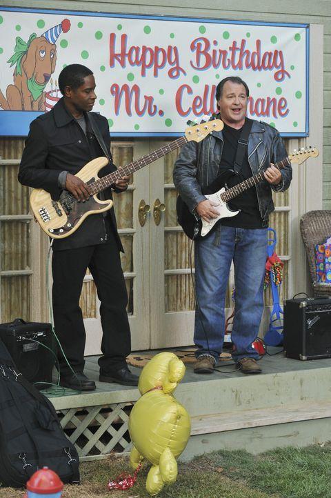 Gemeinsam mit Frank (Tim Russ, l.) sorgt Howard (Kevin Dunn, r.) auf der Party von Mr. Cellophane für die richtige Stimmung ... - Bildquelle: 2008 American Broadcasting Companies, Inc. All rights reserved.