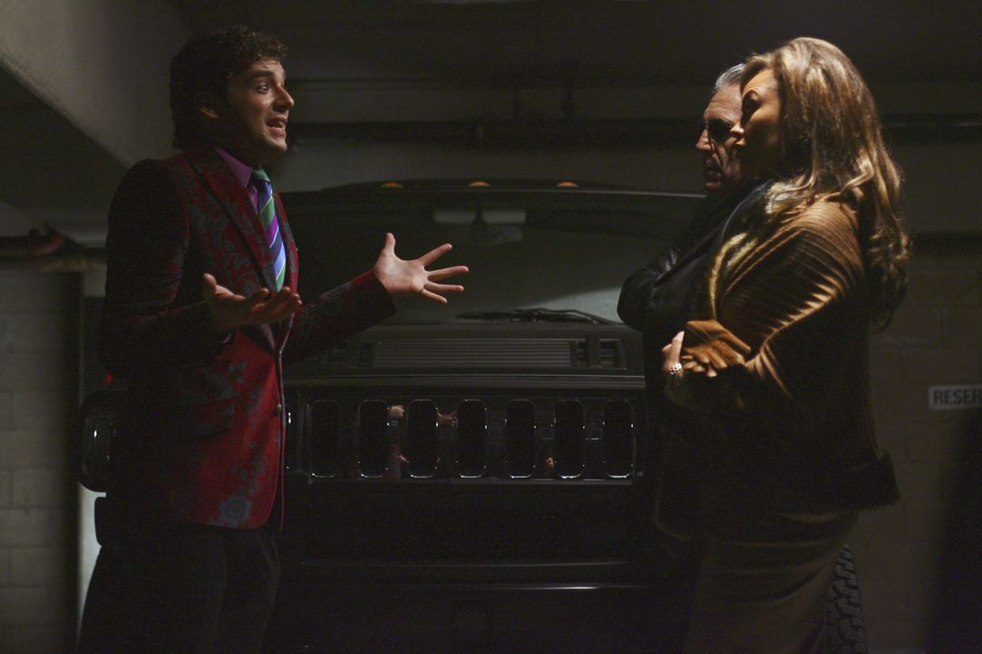 Marc (Michael Urie, l.) versucht sich zu verteidigen, als er Wilhelmina (Vanessa Williams, r.) und Jody Pennette (Ron Gilbert, M.) vor sich stehen h... - Bildquelle: Buena Vista International Television