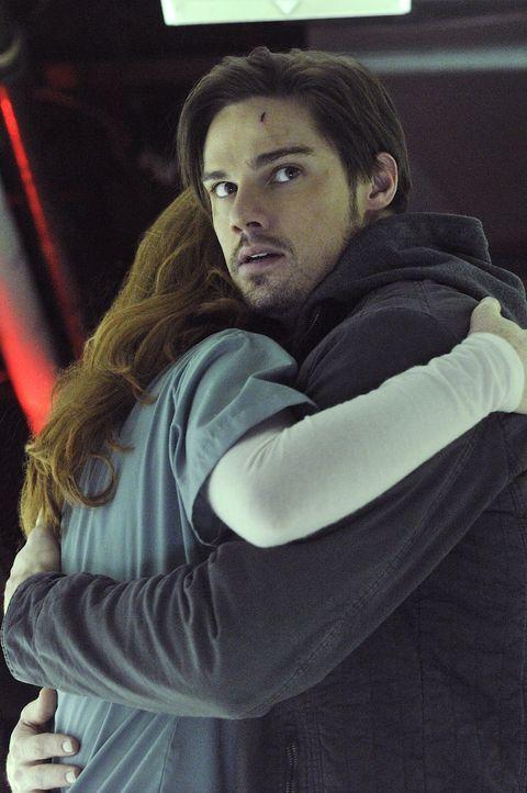 Im Krankenhaus trifft Vincent (Jay Ryan, r.) auf eine alte Bekannte (Bridget Regan, l.) wieder, der er sogleich auch das Leben retten muss ... - Bildquelle: 2012 The CW Network. All Rights Reserved.