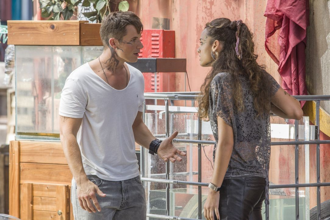 Roman (Matt Lanter, l.) braucht Teris (Chelsea Gilligan, r.) Hilfe, wenn er die Ausbreitung der leuchtenden Venen von Julia stoppen will, doch Teri... - Bildquelle: 2014 The CW Network, LLC. All rights reserved.