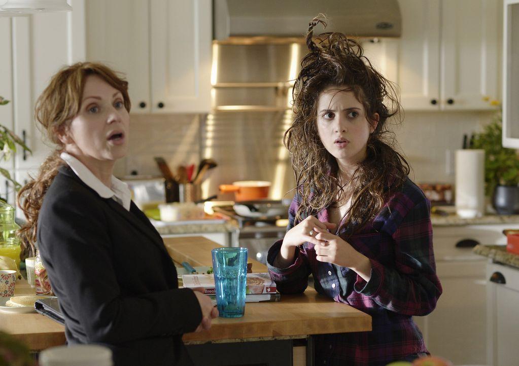 Wenn nicht sofort ein Wunder passiert, ist Monica (Laura Marano, r.) vollkommen geliefert und was will eigentlich die FBI Agentin Liz (Leigh-Allyn B... - Bildquelle: Touchstone Television