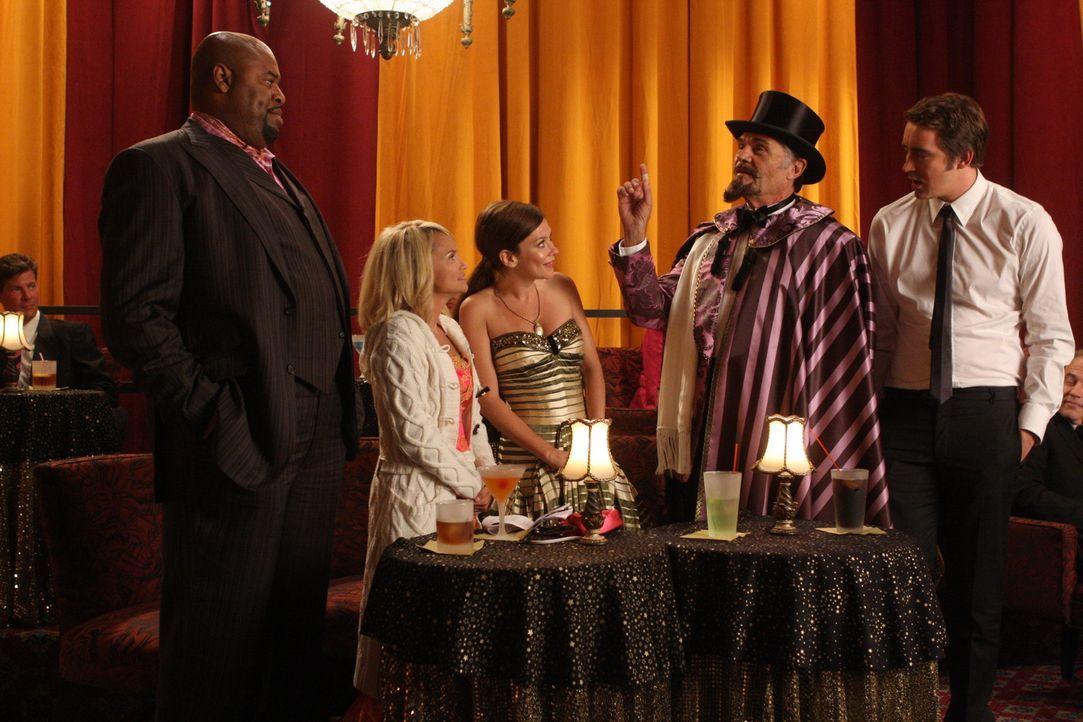 Obwohl Ned (Lee Pace, r.) eine Abneigung gegen Magie hat, besucht er mit Chuck (Anna Friel, M.), Emerson (Chi McBride, l.) und Olive (Kristin Chenow... - Bildquelle: Warner Brothers