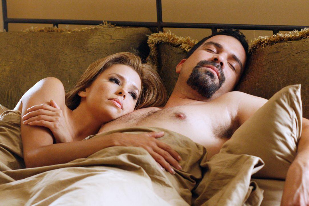 Um an das Geld zukommen, versucht Gabrielle (Eva Longoria) Alles um die Scheidung mit Carlos (Ricardo Antonio Chavira, r.) zu verhindern ... - Bildquelle: 2005 Touchstone Television  All Rights Reserved