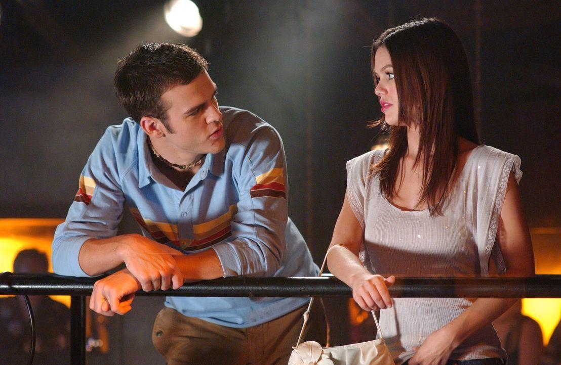 Summer (Rachel Bilson, r.) lernt im 'Bait Shop' Matt (Michael Simpson, l.) kennen, der über sie und Zach Bescheid weiß ... - Bildquelle: Warner Bros. Television