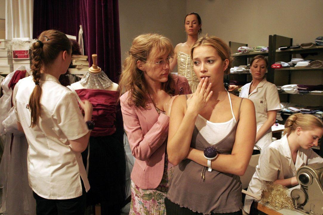 Lisa (Alexandra Neldel, 2.v.l.) macht Hannah (Laura Osswald, 2.v.r.) klar, dass sie auch Verantwortung tragen muss. (Dieses Foto von Alexandra Nelde... - Bildquelle: Noreen Flynn SAT.1 / Noreen Flynn
