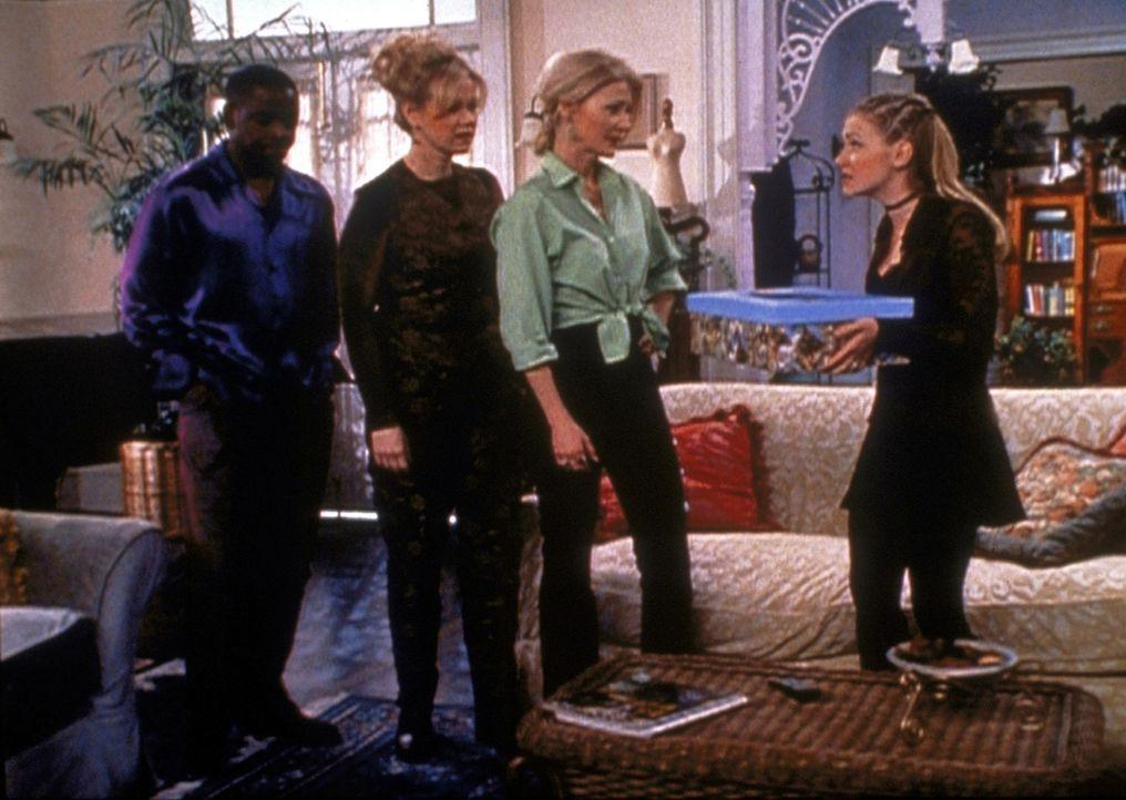 Sabrina (Melissa Joan Hart, r.) hat Libby in ein Puzzle verwandelt und versucht nun mit dem Quizmaster (Alimi Ballard, l.), Tante Hilda (Caroline Rh... - Bildquelle: Paramount Pictures