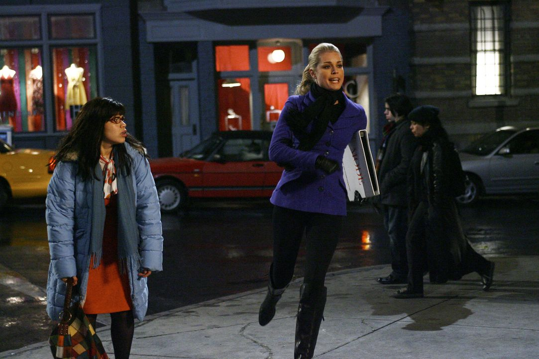 Noch ahnt Betty (America Ferrera, r.) nicht, warum Alexis (Rebecca Romijn, r.) in Eile ist ... - Bildquelle: Buena Vista International Television