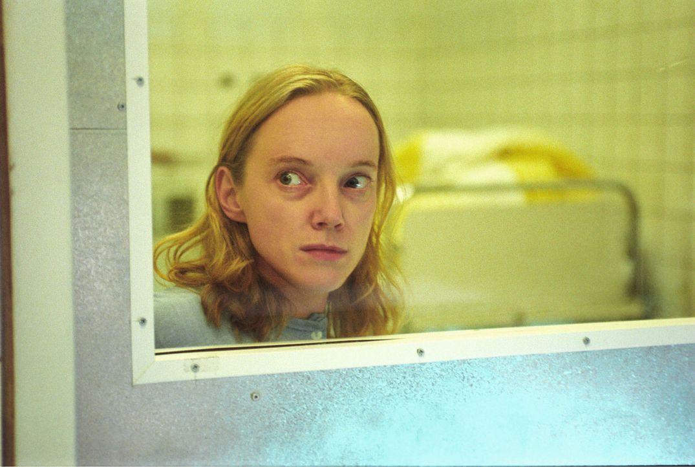 Auch die junge Patientin Janine (Claudia Geisler) wird ein Opfer der ehrgeizigen Foschungen von Professor Winkler. - Bildquelle: Sat.1