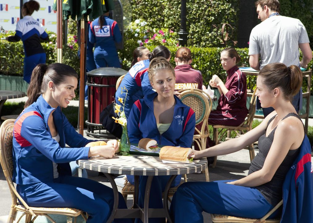 Emily (Chelsea Hobbs, r.) ist es leid, dass sich Kaylie (Josie Loren, l.) und Lauren (Cassie Scerbo, M.) ununterbrochen anzicken ... - Bildquelle: 2010 Disney Enterprises, Inc. All rights reserved.