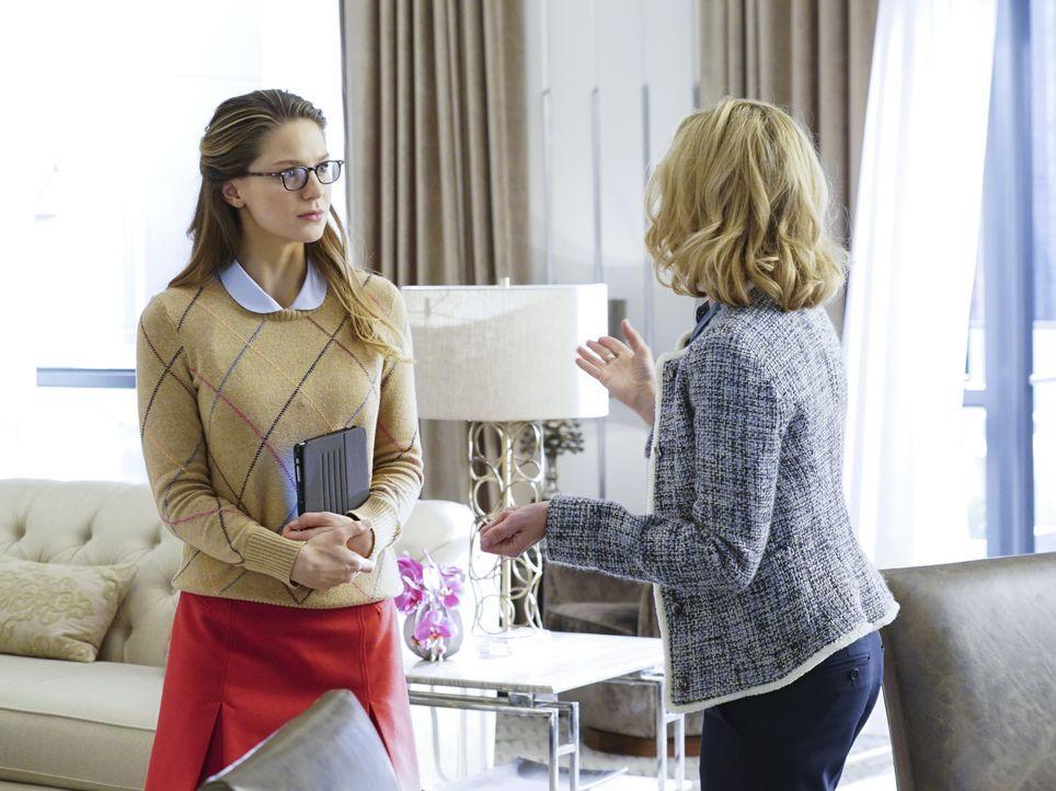 Während sich Kara (Melissa Benoist, l.) mit einer böswilligen Doppelgängerin rumschlagen muss, istCat (Calista Flockhart, r.) plötzlich total nett,... - Bildquelle: 2015 Warner Bros. Entertainment, Inc.