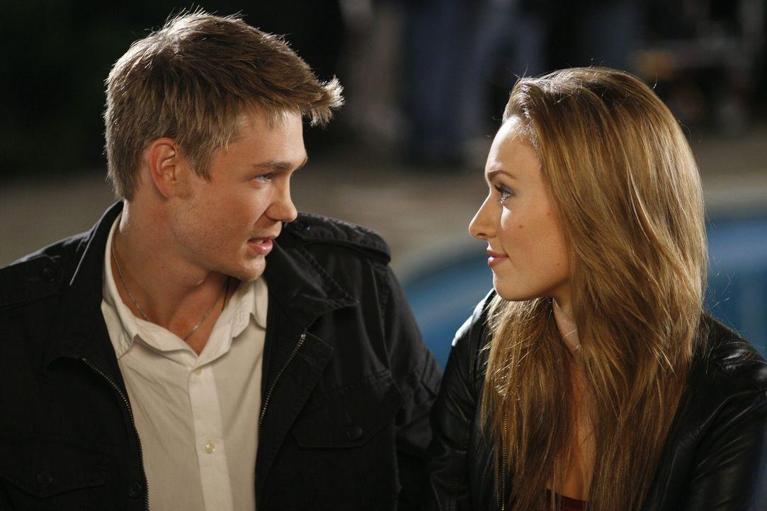 Lindsey (Michaela McManus, r.) und Lucas (Chad Michael Murray, l.) freuen sich auf ihre bevorstehende Hochzeit ... - Bildquelle: Warner Bros. Pictures
